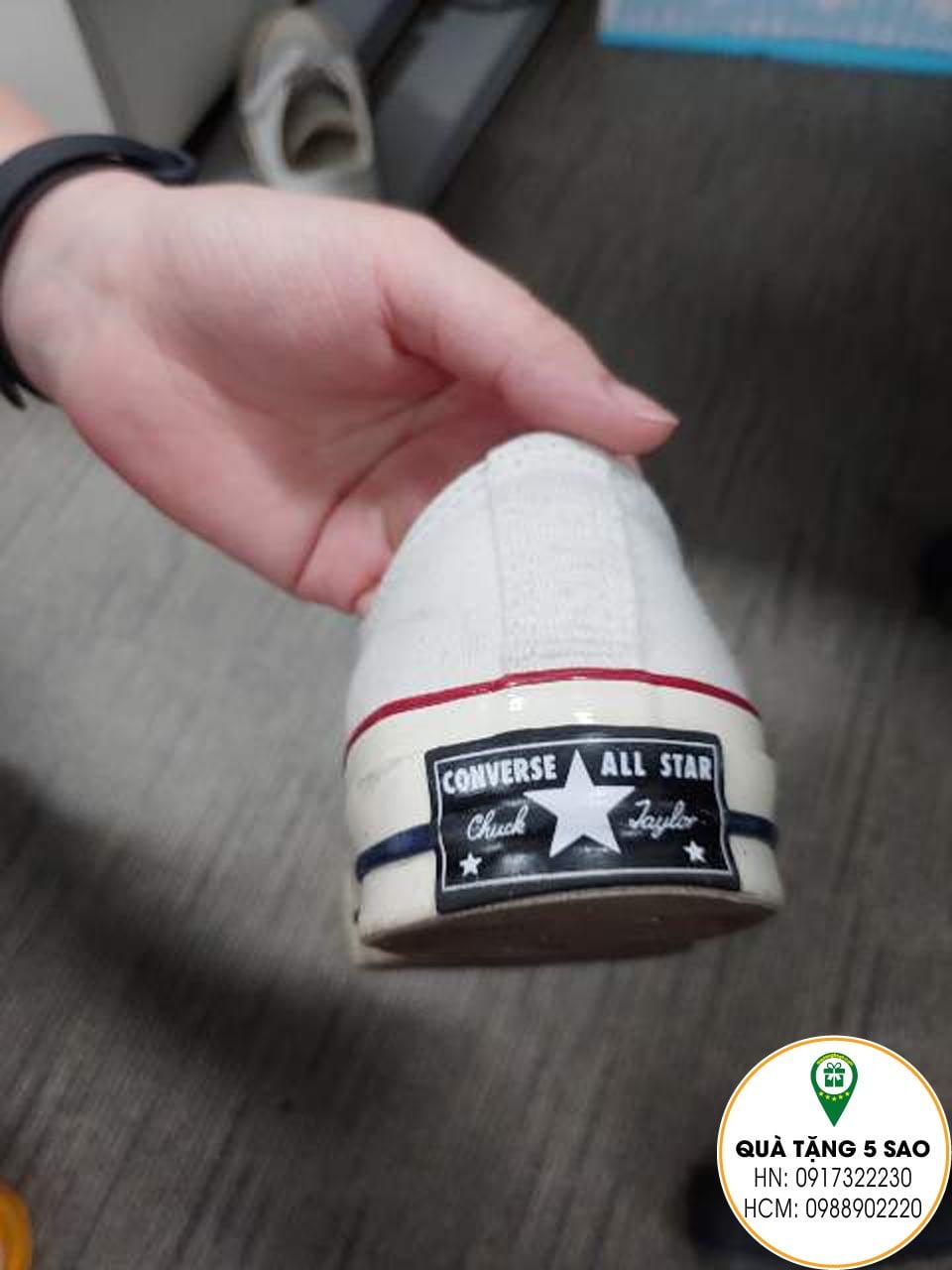 Sử dụng mác cao su dán vào đế giày