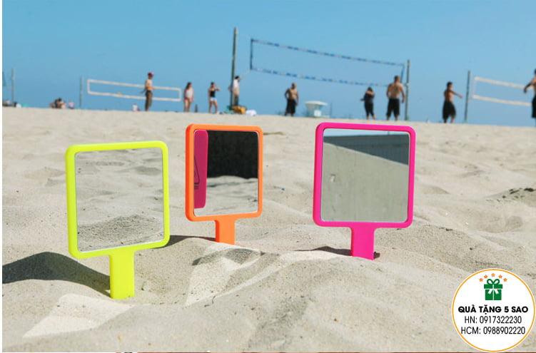 Cho gương đi du lịch bãi biển luôn nhé