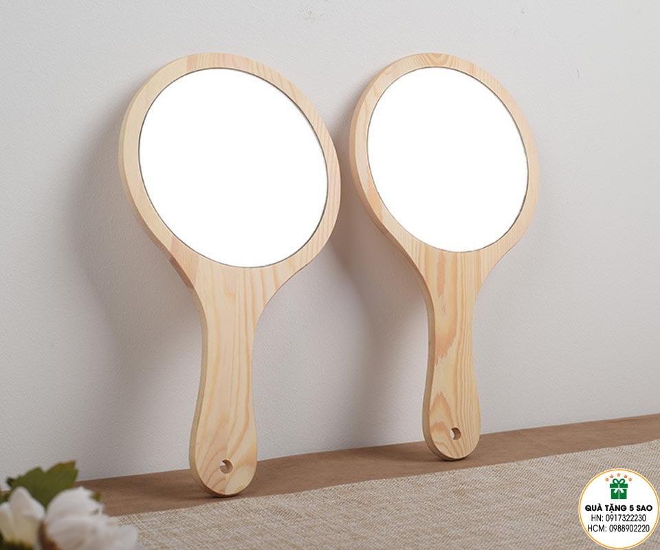 Gương cầm tay có cán bằng gỗ