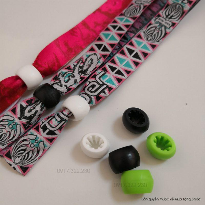 Vòng tay vải sử dụng nút khóa một chiều