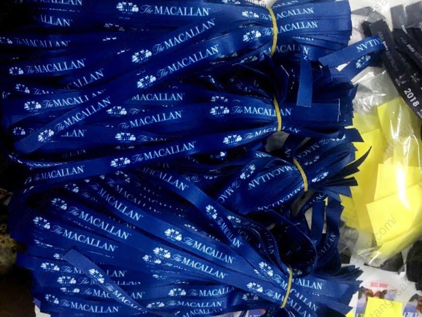 Vòng tay vải màu xanh nước biển của hãng rượu vang The Macallan