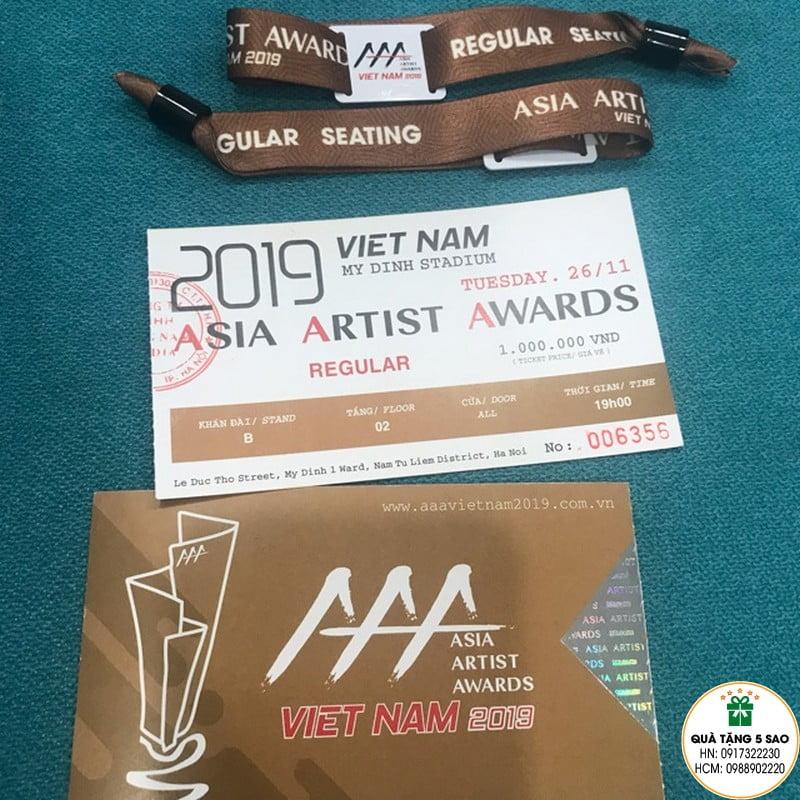 Sử dụng vòng đeo tay bằng vải để check in sự kiện trong thời gian diễn ra chương trình Asia Artist Awards 2019